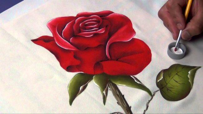 Cómo pintar rosas en tela