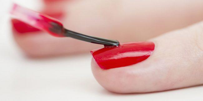 Uñas pintadas con esmalte rojo