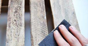 Caja de madera lijada antes de pintar